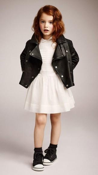Comment porter: veste en cuir noire, robe blanche, baskets noires