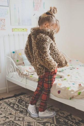 Comment porter: veste en fourrure imprimée léopard marron, pantalon de jogging écossais rouge, baskets blanches
