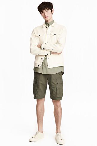 Comment porter: veste en jean beige, chemise à manches longues olive, short olive, baskets basses en cuir beiges