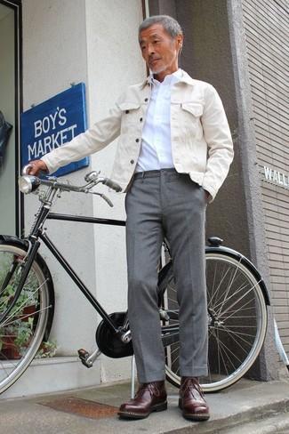 Comment porter: veste en jean beige, chemise de ville blanche, pantalon de costume gris, bottes de loisirs en cuir marron foncé