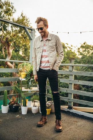 Comment porter: veste en jean beige, t-shirt à col rond à rayures horizontales blanc et rouge, jean déchiré noir, bottes de loisirs en cuir marron