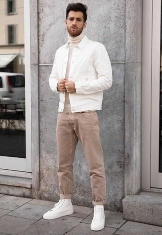 Comment porter des baskets montantes en toile blanches: Harmonise une veste en jean blanche avec un jean marron clair pour obtenir un look relax mais stylé. Si tu veux éviter un look trop formel, opte pour une paire de des baskets montantes en toile blanches.
