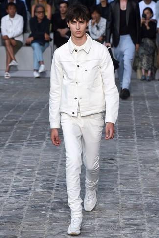Comment porter: veste en jean blanche, t-shirt à col rond blanc, jean blanc, chaussures de sport blanches
