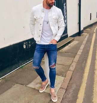 Comment porter: veste en jean blanche, t-shirt à col rond blanc, jean skinny déchiré bleu, mocassins à pampilles en daim beiges