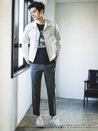 Comment porter: veste en jean blanche, t-shirt à col rond imprimé noir et blanc, pantalon chino gris foncé, baskets basses en cuir blanches