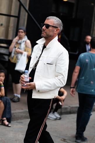 Comment porter: veste en jean blanche, t-shirt à col rond noir, pantalon de jogging à rayures verticales noir, lunettes de soleil noires