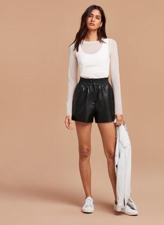 Comment porter un t-shirt à manche longue en tulle blanc: Choisis un t-shirt à manche longue en tulle blanc et un short en cuir noir pour achever un look chic. Jouez la carte décontractée pour les chaussures et choisis une paire de des baskets basses blanches.