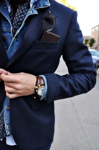 Comment porter: veste en jean bleue, blazer bleu marine, chemise à manches longues à carreaux blanche, écharpe en soie imprimée bleu marine