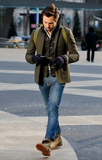 Comment porter: veste en jean gris foncé, blazer en laine olive, chemise à manches longues blanche, jean bleu