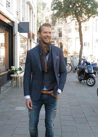 Comment porter une écharpe imprimée marron foncé: Marie une veste en jean bleu marine avec une écharpe imprimée marron foncé pour une tenue relax mais stylée.