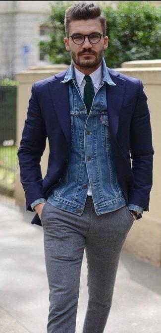 Comment porter: veste en jean bleue, blazer bleu marine, chemise de ville blanche, pantalon de costume en laine gris