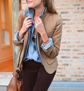Comment porter: veste en jean bleu clair, blazer en laine marron clair, chemise en jean bleu clair, jean skinny en velours côtelé pourpre foncé