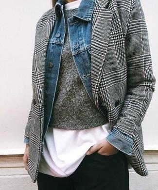 Comment porter: veste en jean bleue, blazer croisé en pied-de-poule gris, pull à col rond gris, t-shirt à col rond blanc