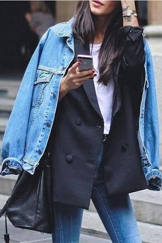 Comment porter: veste en jean bleue, blazer croisé noir, t-shirt à col rond blanc, jean skinny bleu