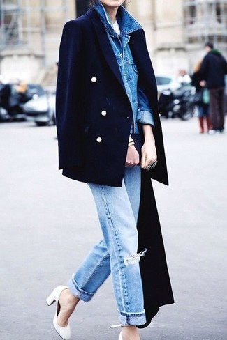 Comment porter un jean boyfriend bleu clair en automne: Porte une veste en jean bleue et un jean boyfriend bleu clair pour une tenue idéale le week-end. Cette tenue se complète parfaitement avec une paire de des escarpins en cuir blancs. Ce look est un bel exemple de la tenue toute automnale.