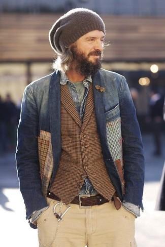 Comment porter un blazer en denim bleu marine: Essaie d'harmoniser un blazer en denim bleu marine avec un pantalon chino beige pour un look idéal au travail.