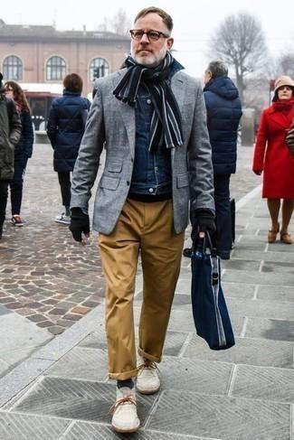 Comment porter un pull à col rond avec un pantalon chino: Pour créer une tenue idéale pour un déjeuner entre amis le week-end, associe un pull à col rond avec un pantalon chino. Une paire de des bottines chukka en cuir blanches est une option astucieux pour complèter cette tenue.