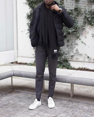 Comment porter un t-shirt à col rond noir: Opte pour un t-shirt à col rond noir avec un pantalon chino gris foncé pour une tenue idéale le week-end. Une paire de des baskets basses en toile blanches est une option parfait pour complèter cette tenue.