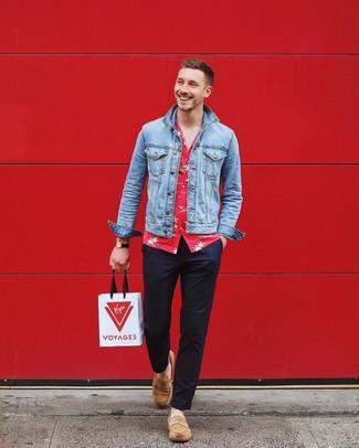 Comment porter: veste en jean bleu clair, chemise à manches courtes à fleurs rouge, pantalon chino bleu marine, slippers en daim marron clair