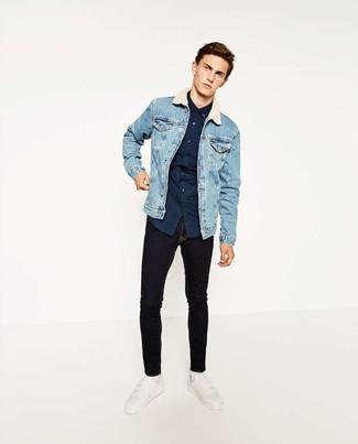 Comment porter: veste en jean bleu clair, chemise à manches longues á pois bleu marine, jean skinny noir, baskets basses en cuir blanches