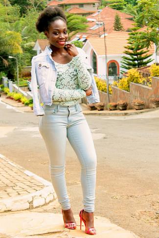 Comment porter: veste en jean bleu clair, chemisier à manches longues en dentelle vert menthe, jean skinny bleu clair, sandales à talons en cuir rouges