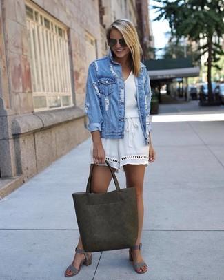 Comment porter: veste en jean déchirée bleu clair, combishort blanc, sandales à talons en daim grises, sac fourre-tout en cuir olive