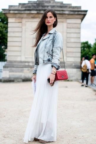 Comment porter: veste en jean bleu clair, jupe longue en chiffon plissée blanche, sac bandoulière en cuir matelassé rouge