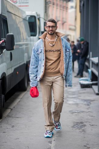 Comment porter: veste en jean bleu clair, pull à col rond imprimé marron clair, pantalon de costume marron clair, chaussures de sport multicolores