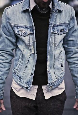 Comment porter: veste en jean bleu clair, pull à col rond noir, chemise à manches longues blanche, pantalon de costume en laine marron foncé