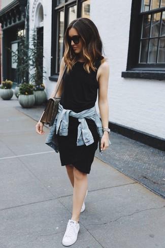 Comment porter: veste en jean bleu clair, robe débardeur noire, baskets basses blanches, cartable en toile imprimé beige