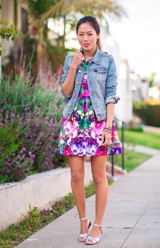 Comment porter des sandales à talons en cuir argentées: Pour créer une tenue idéale pour un déjeuner entre amis le week-end, marie une veste en jean bleu clair avec une robe évasée à fleurs fuchsia. Cette tenue se complète parfaitement avec une paire de des sandales à talons en cuir argentées.