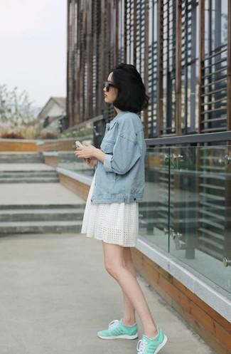 Comment porter: veste en jean bleu clair, robe évasée en broderie anglaise blanche, baskets basses vert menthe