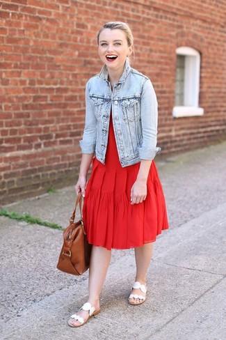 Comment porter: veste en jean bleu clair, robe midi plissée rouge, sandales plates en cuir blanches, sac fourre-tout en cuir marron