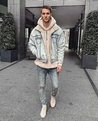 Comment porter: veste en jean bleu clair, sweat à capuche beige, jean skinny déchiré bleu clair, bottines chelsea en daim beiges
