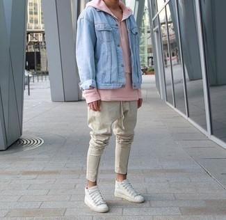 Comment porter des baskets montantes en cuir blanches à 20 ans: Essaie d'associer une veste en jean bleu clair avec un pantalon chino beige pour une tenue confortable aussi composée avec goût. D'une humeur créatrice? Assortis ta tenue avec une paire de des baskets montantes en cuir blanches.