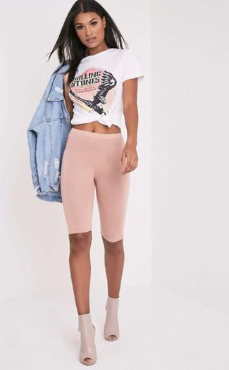 Comment porter: veste en jean déchirée bleu clair, t-shirt à col rond imprimé blanc et rose, short cycliste rose, bottines en cuir découpées beiges
