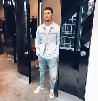 Comment porter: veste en jean bleu clair, t-shirt à col rond blanc, jean déchiré bleu clair, baskets basses en toile imprimées blanches et noires