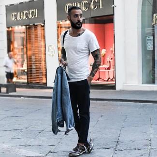 Comment porter: veste en jean bleu clair, t-shirt à col rond blanc, pantalon chino noir, double monks en cuir noirs