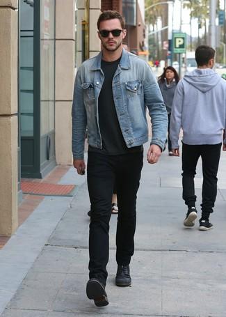 Comment porter: veste en jean bleu clair, t-shirt à col rond gris foncé, jean noir, bottes de loisirs en cuir noires