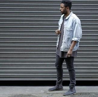 Comment porter: veste en jean bleu clair, t-shirt à col rond marron, jean skinny déchiré noir, bottines chelsea en daim noires