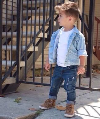 Comment porter: veste en jean bleu clair, t-shirt blanc, jean bleu marine, baskets marron