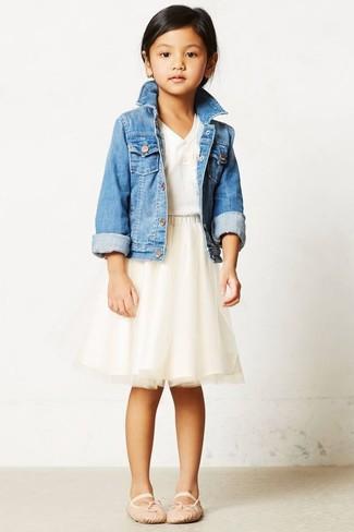 Comment porter: veste en jean bleu clair, t-shirt blanc, jupe de tulle beige, ballerines beiges
