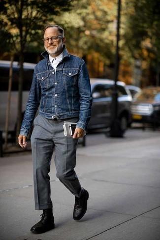 Comment porter: veste en jean bleu marine, chemise à manches longues blanche, pantalon de costume en laine gris, bottes brogue en cuir noires