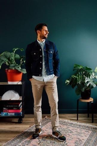 Comment porter un pantalon chino marron clair: Pense à harmoniser une veste en jean bleu marine avec un pantalon chino marron clair pour obtenir un look relax mais stylé. Décoince cette tenue avec une paire de des chaussures de sport multicolores.
