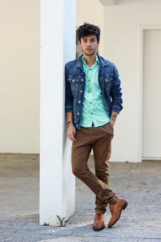 Comment porter: veste en jean bleu marine, chemise à manches longues á pois vert menthe, pantalon chino marron, chaussures brogues en cuir marron