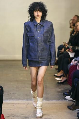 Comment porter: veste en jean bleu marine, minijupe en denim bleu marine, sandales à talons en cuir roses, chaussettes en laine blanches