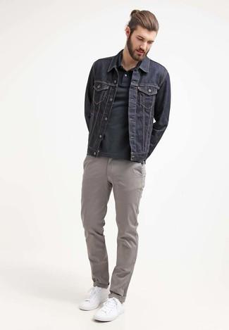 Comment porter: veste en jean bleu marine, polo noir, pantalon chino gris, baskets basses blanches