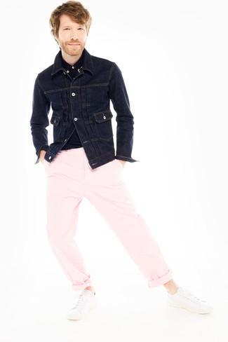 Comment porter: veste en jean bleu marine, polo noir, pantalon chino rose, baskets basses en cuir blanches