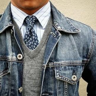 Pense à harmoniser un pull à col en v gris Merc of London avec une veste en jean bleu marine pour un déjeuner le dimanche entre amis.