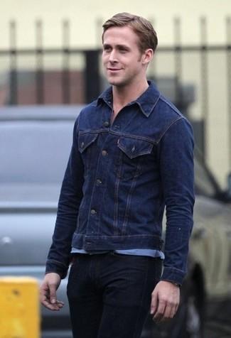 Tenue de Ryan Gosling: Veste en jean bleu marine, T-shirt à col rond bleu clair, Jean noir
